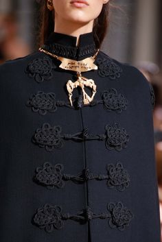 Love the trim Details - Military Chic - elegant cape coat, couture fashion details // Valentino Fall 2015 Style Haute Couture, Couture Mode, Couture Details, Fashion Details, Couture Fashion, Runway Fashion, Fashion Design, Paris Fashion, Couture 2015