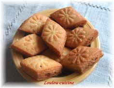 Makroud Amandes-Sesame Biscuits Russes, Sesame, Cornbread, Birthday Cake, Ethnic Recipes, Sweet Desserts, Pastries, Almonds, Flat Cakes