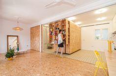 Na casa de Yolanda Pita cada compartimento móvel pesa entre 500 e 800 kg quando completamente cheio. Instalados sob trilhos utilizados em armazéns industriais, eles se assemelham às estantes deslizantes de bibliotecas. A reforma da casa antiga madrilenha foi coordenada pelos arquitetos do escritório PKMN e faz parte da série Pequeñas Grandes Casas, que desenvolve soluções móveis para ambientes compactos