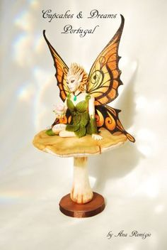Hello Lovely people!!!! Sorry I've been MIA… so many news and cakes to show you, I don't even know where to begin with… But let's start with a sweet little fairy… I was honored to have been asked to make a fairy for the Away with the fairies...