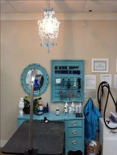 Paint an old dressing table or desk, an old picture grame and add slat wall, old mirror painted to match. Dog Grooming Tools, Dog Grooming Shop, Dog Grooming Salons, Dog Grooming Business, Poodle Grooming, Pet Shop, Dog Spa, Dog Salon, Dog Rooms