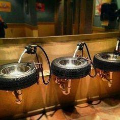 Os pneus e as bombas tomaram um novo uso aqui nesse bar. Foram pro banheiro fazer parte da ambientação.