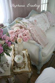French and Shabby Chic~ love this couch, beautiful details throughout this piece & they all add to a beautiful seat in a lovely cozy room!