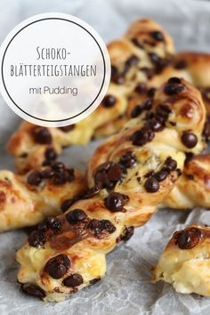 Blätterteigstangen: Schoko & Pudding Recipe for puff pastry sticks: Chocolate & pudding are baked as a sweet snack with puff pastry. The pudding puff pastry sticks are a delicious recipe for children. Fresh puff pastries taste best when freshly baked. Chocolate Pudding Recipes, Pudding Desserts, Cake Recipes, Snack Recipes, Puff Pastry Recipes, Puff Pastries, Tasty, Yummy Food, Snacks Für Party