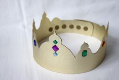 couronne des rois diy tuto gratuit abracadacraft Easy Paper Crafts, Arts And Crafts, Couronne Diy, Christmas Bulletin Boards, Paper Crowns, Head Accessories, Royal Weddings, Baby Shower, Creative Kids