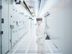 Una sala blanca de una de las fábricas del mayor productor de chips del mundo. / Intel