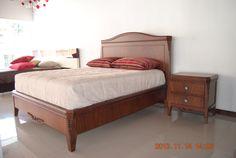 Cama de 1.90 x 1.60 Elaborado con finas tallas en madera cedro y con enchapes de…