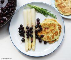 Spargel mit Blaubeeren, leicht karamellisierter Butter und kleinen Schnittlauch-Pfannkuchen aus dem Herr Grün Kochbuch »Rezepte und Geschichten aus dem Kochlabor«