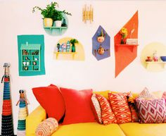 Feito é melhor que perfeito! Aprenda a fazer um DIY super bacana com nichos de cor na parede pra animar a sua casa. Confira passo a passo!
