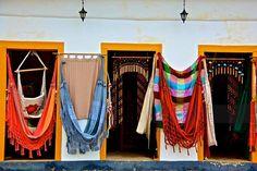 Centro de Tradição Populares de Paraty  O artesanato de Paraty é rico e variado. Na orla marítima é intensa a confecção de remos, canoas, barcos, gamelas de madeira, balaios, samburás, peneiras de taquara, abano de palha, redes de pesca e velas de embarcação, no sertão: cestos, pilões, tipiti, peneiras e várias miniaturas decorativas e utilitárias de taquaruçu, taquara e bambu, além de tapetes e cestos de taboa.   No centro da cidade: tapetes, cortinas, almofadas, colchas de retalhos cortina