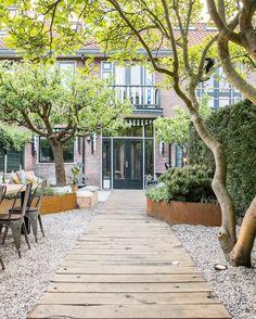 Pergola Patio Videos Ivy - - - Covered Pergola Attached To House Modern Back Gardens, Small Gardens, Outdoor Gardens, Small Garden Patios, Modern Backyard Design, Small Garden Design, Diy Bamboo, Dream Garden, Home And Garden