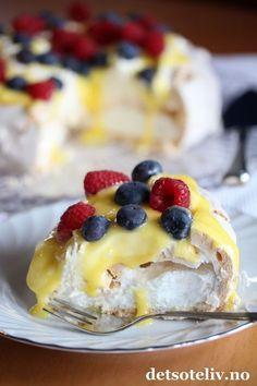 Pavlova er nok verdens mest berømte marengskake! Kaken kan varieres på utallige måter, og denne versjonen med sitronkrem i tillegg til pisket krem og bær, er blant de beste!