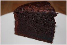 Bizcocho de chocolate con aceite y agua hirviendo para que quede mucho más esponjoso y jugoso.