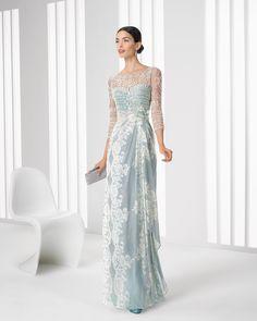 Abito di chiffon di seta stampato e strass. Stola inclusa. Collezione di abiti da cocktail presentata da Rosa Clará per il 2016.