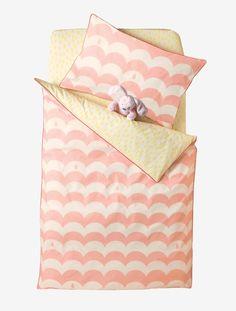 ¡Para darle la vuelta a nuestro gusto! Por un lado, las pequeñas olas ven la noche en tonos rosa. Por el otro, las gotitas de rocío iluminan sus sueños...    DIMENSIONES: Disponible en 2 tallas: 80 x 120 cm y 100 x 120 cm.  1 lado con ondas rosa all-over. 1 lado con gotitas amarillas all-over. Acabado ribeteado en tono a contraste sobre todo el contorno. Banda para ajustar al pie de la cuna.  A DESTACAR:  Ropa de cama excepcionalmente diferente por su calidad y sus exclusivos motivos…