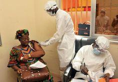 Une femme se fait vacciner le 10 mars 2015 dans un centre de santé de Conakry, en Guinée, dans le cadre des essais cliniques du vaccin VSV-ZEBOV contre l'Ebola
