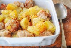 Bocconcini di pollo e patate, salsiccia, cotti al forno e gratinati, secondo piatto con contorno, molto semplice e saporito, idea per pranzo o cena, ricetta con patate