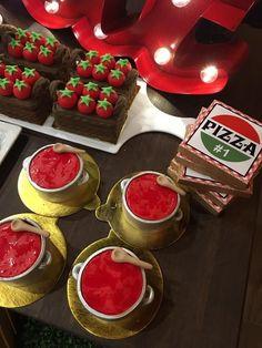 Olha que linda inspiração esta Festa Pizzaria. Além de linda, super criativa. DecoraçãoSweet Memories- Rogéria Muller de Britto. Lindas idei...