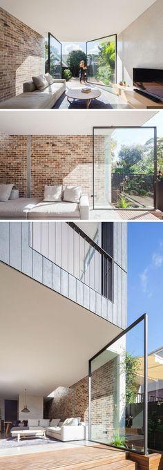 Terrassentür aus Glas mit Drehachse schafft die Grenze zwischen innen und außen ab