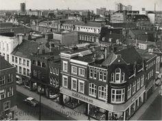Deze panorama foto werd in ca. 1960 gemaakt door A. de Jager vanaf de Catharinakerk. Rechtsvoor de kledingzaak van Kreymborg de hoek Rechtestraat-Ten Hagestraat. Op de achtergrond het Binnenziekenhuis aan de Jan van Lieshoutstraat.