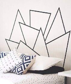 Moins encombrant qu'une vraie tête de lit, ce masking tape aux formes géométriques habille tout aussi bien la couche.