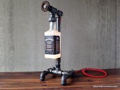 Diese Lampe ist aus industriellen Stil Eisen Rohrleitungen und die legendäre Jack Daniel Flasche konstruiert. Die Flasche wird fest durch