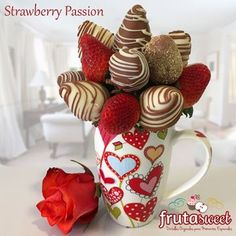 Desserts With Chocolate Chips, Chocolate Dipped Strawberries, Chocolate Covered Strawberries, Edible Fruit Arrangements, Edible Centerpieces, Valentines Baking, Edible Crafts, Chocolate Bouquet, Candy Bouquet