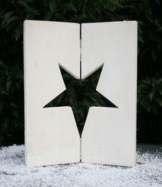 Een raamluikje met ingezaagde kerstster gemaakt van nieuw steigerhout. Met koperkleurige scharnieren. Leuk voor in de vensterbank of op de (eet)tafel.