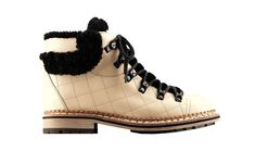 Chanel boots en peau retournée http://www.vogue.fr/mode/shopping/diaporama/un-noel-en-laponie-cadeaux/16530/image/886092#!chanel-cadeaux-de-noel-laponie