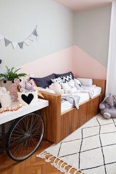 O quarto da filha de Mariana Weickert é puro charme. o papel de parede de poá e as tonalidades contemporâneas. Pintura na parede geométrica, rosa e cinza. (Foto: Divulgação) Baby Decor, Kids Decor, Boy Girl Room, Amazing Decor, Girls Bedroom, Home Interior Design, Baby Room, Decoration, Kids Room