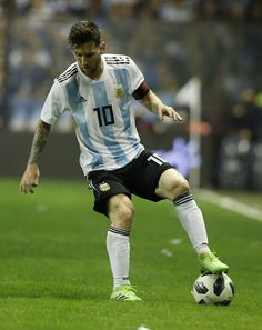 Lionel Messi Photos - Lionel Messi of Argentina controls the ball during an international friendly match between Argentina and Haiti at Alberto J. Armando Stadium on May 2018 in Buenos Aires, Argentina. - Lionel Messi Photos - 62 of 11376 Messi Vs Ronaldo, Messi 10, Football Love, Best Football Players, Ronaldo Videos, Messi Argentina, Lionel Messi Wallpapers, Messi Photos, Leonel Messi