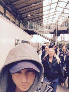 Ryan selfies with people behind him on twitter