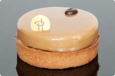 Tarte Infiniment Café de P. Hermé - - 1 pâte sucrée vanillée - 1 fine couche de ganache au café - 1 biscuit cuillère imbibé de café - 1 autre fine couche de ganache café - 1 chantilly café