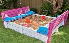 mommo design - OUTDOOR PALLET FUN - pallet sandbox *and the benches become the sandbox lid! Pallet Crafts, Diy Pallet Projects, Wood Projects, Pallet Ideas, Pallet Designs, Backyard Projects, Outdoor Projects, Backyard Ideas, Pallet Exterior
