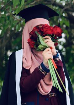 Girl Graduation Pictures, Graduation Picture Poses, Graduation Photoshoot, Cute Girl Photo, Girl Photo Poses, Girl Photos, Studio Photography Poses, Beautiful Hijab Girl, Muslimah Wedding Dress