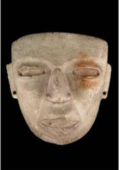 Masque anthropomorphe Culture de Teotihuacan Date(s) : 150 - 550 Matériaux et Techniques : Pierre verte Dimensions : 19,02 x 19,6 x 8,7 cm ; 2138 g Exposé : MQB, Quai Branly, Amérique (plateau), vitrine AM 058  c) Musée du Quai Branly