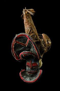 Masque kalelwa des Tshokwe LégendeHauteur : 76 cm (masque). Collecteur : G. de Witte. Lieu de collecte : région de Dilolo (RDC). CréditsCollection: MRAC (EO.0.0.33781)/inscrit en 1931.