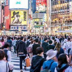 Si estás de paseo por Tokio no puedes dejar de visitar el Cruce de Shibuya Es famoso por ser el más abarrotado del mundo! . Los semáforos se detienen de manera sincronizada y los vehículos provenientes de todas las direcciones frenan para permitir a los peatones pasar de forma total por la intersección. .  Es un punto común de encuentro entre la gente especialmente al anochecer. La escena se vuelve más impresionante por el resplandor de las luces de neón la publicidad y las pantallas de… Times Square, Neon, Instagram, Travel, Shape, The Shining, Neon Lighting, Screens, Scene