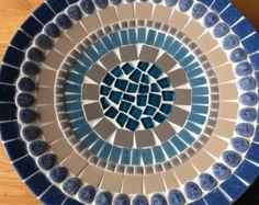 Una bonita bandeja con tealcirkels en él. Dimensiones son 25 x 25 cm y 5 cm de altura. Hecho con mosaico de vidrio y piedras de cristal. Bueno en algún lugar. Se puede ajustar en términos de esquema de color.