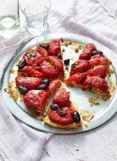 Französischer Klassiker mal pikant: Tomaten mit Speck-Semmelbrösel-Füllung und Oliven auf Blätterteig.
