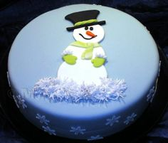 Snowman Cake With Snowflakes For my next beginner class - for tasting and as a suggestion. Inside mulled wine cake with blackberries. Christmas Cake Designs, Christmas Cake Topper, Christmas Cake Decorations, Christmas Cupcakes, Holiday Cakes, Christmas Desserts, Christmas Treats, Christmas Baking, Xmas Cakes