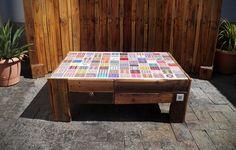 Mesa de centro com duas gavetas feita de paletes descartados, finalizada com óleo de motor, tampo feito com azulejos H.Luz estampados artesanalmente com desenhos próprios. R$ 780,00
