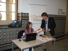 El gerente de COACMALAGA, Alejandro Romero visita el stand del Club de Marketing de Málaga durante el evento Málaga Se Mueve en abril de 2012.