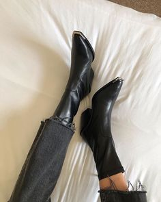 In search of ladies boots and shoes? Shoes You Can Wear Without Socks. Fashion Shoes, Fashion Accessories, Fashion Tips, Fashion Trends, Fashion Fashion, Fashion Ideas, Fashion Beauty, Vogue, Crazy Shoes
