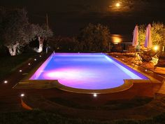 Hoje em dia, a iluminação é um item indispensável para sua piscina. As lâmpadas de Led são as novidades do mercado e são a evolução em termos de iluminação pois geram uma extrema economia de energia.  Além do efeito altamente decorativo, que dá mais vida a todo o ambiente, a iluminação de uma piscina permite a prática de atividades mesmo a noite com a piscina toda iluminada.