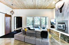 Joli chalet de style rustique chic construit en 2020 dans les Cantons de l'Est - Joli Joli Design Canton, Style Rustique, Lounge, Oversized Mirror, Couch, Furniture, Design, Home Decor, Detached Garage