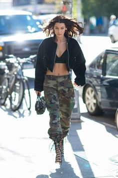 Models Like Bella Hadid Are Working This Styling Trick From Marc Jacobs's Runway Bella Hadid Estilo, Style Bella Hadid, Bella Hadid Outfits, Best Street Style, Looks Street Style, Cool Street Fashion, Fashion Addict, Girl Fashion, Fashion Tips