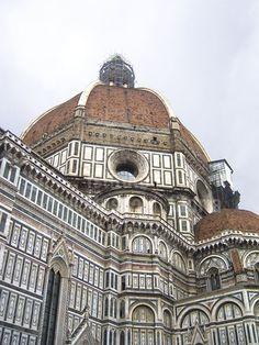 La Cupola del Duomo di Firenze è la più grande costruita in muratura. Filippo Brunelleschi iniziò a fabbricarla nel 1420. Il suo progetto prevedeva di farla con una doppia calotta che si autosostenesse durante i lavori, che terminarono nel 1436. www.madeoftuscany.it