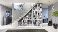 Das Regal unter der Treppe von deinSchrank.de integriert sich perfekt in den Raum und schafft enorm viel Stauraum.