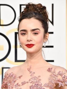 Lily Collins in Zuhair Murad Couture at 2017 Golden Globe Awards in . Emily Ratajkowski, Emma Stone, Lily Collins Golden Globes 2017, Zuhair Murad, Pelo Princesa Disney, Lily Collins Hair, Lily Collins Makeup, Disney Princess Hairstyles, Fashion Show Makeup